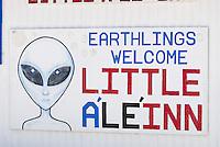 4415 /Little A'Le'Inn: AMERIKA, VEREINIGTE STAATEN VON AMERIKA, NEVADA,  (AMERICA, UNITED STATES OF AMERICA), 03.06.2006: Werbetafel einer Kneipe.. Eine kleine Kneipe, das Little A'Le'Inn, mit Bildern von UFO-Sichtungen an den Wänden und einem gehörigen Stapel zum Thema passenden Lesestoffs, laedt Reisende zur Rast. Auch Essen und Uebernachtungen werden dort angeboten. Einige Besucher hatten dort sogar ihre eigene Begegnung der dritten Art, in Form von unueblichen Lichterscheinungen entlang des Highways 375, der mittlerweile auch offiziell Extraterrestrial Highway heisst. In den meisten Faellen ließen sich diese Erscheinungen jedoch auf Kampfjets des Uebungsgelaendes Nellis Range zurueckfuehren...