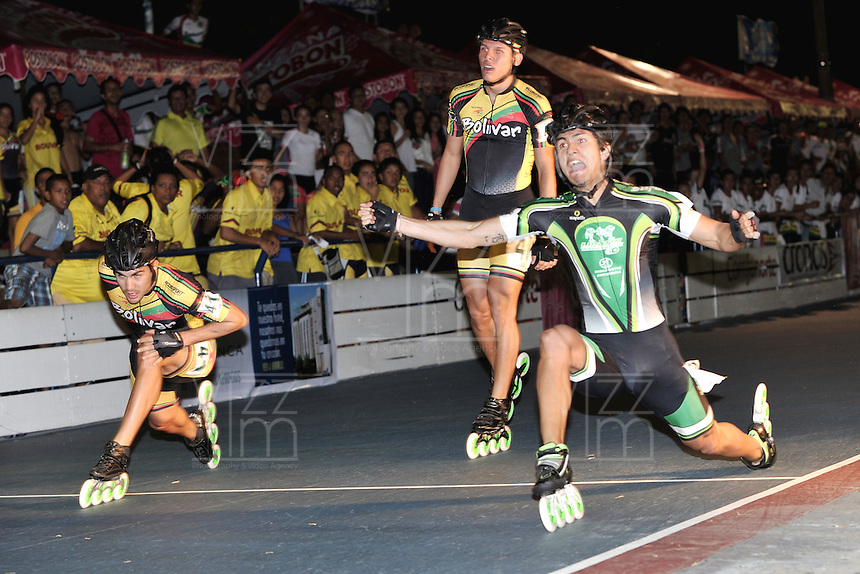 CUCUTA - COLOMBIA - 20-05-2013: Pedro Causil (Der.) patinador del departamento de Antioquia en la prueba de los 500 metros, mayores varones en el Campeonato Nacional Interligas en la ciudad de Cucuta, mayo 20 de 2013. (Foto: VizzorImage / Luis Ramirez / Staff).  Pedro Causil (R) skater of the Antioquia Department in the 500 meters event, senior men in Interleague National Championship in the city of Cucuta, May 20, 2013. (Photo: VizzorImage / Luis Ramirez / Staff).