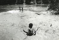 COLOMBIA  - Buenaventura -villaggio nella foresta colombiana  utilizzato per lo studio della malaria dall'OMS in quanto presenti le principali specie di zanzare anofele. Nell'immagine: dei bambini giocano e fanno il bagno in un fiume.