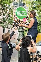 Die Berliner Gruenen starteten am Samstag den 30 Juli 2016 in den Straßen-Wahlkampf zur Agbeordnetenhauswahl im September 2016.<br /> Die Landesvorsitzenden Daniel Wesener (links) und Bettina Jarasch (haelt die Leiter) sowie die Fraktionsvorsitzenden Ramona Pop und Antje Kapek (oben) haengten im Prenzlauer Berg Wahlplakate auf.<br /> 30.7.2016, Berlin<br /> Copyright: Christian-Ditsch.de<br /> [Inhaltsveraendernde Manipulation des Fotos nur nach ausdruecklicher Genehmigung des Fotografen. Vereinbarungen ueber Abtretung von Persoenlichkeitsrechten/Model Release der abgebildeten Person/Personen liegen nicht vor. NO MODEL RELEASE! Nur fuer Redaktionelle Zwecke. Don't publish without copyright Christian-Ditsch.de, Veroeffentlichung nur mit Fotografennennung, sowie gegen Honorar, MwSt. und Beleg. Konto: I N G - D i B a, IBAN DE58500105175400192269, BIC INGDDEFFXXX, Kontakt: post@christian-ditsch.de<br /> Bei der Bearbeitung der Dateiinformationen darf die Urheberkennzeichnung in den EXIF- und  IPTC-Daten nicht entfernt werden, diese sind in digitalen Medien nach §95c UrhG rechtlich geschuetzt. Der Urhebervermerk wird gemaess §13 UrhG verlangt.]