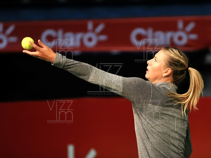 BOGOTA - COLOMBIA - 06-12-2013: Maria Sharapova, tenista de Rusia, entrena en el Coliseo El Campin para su partido frente a la tenista Serbia Ana Ivanovic, durante el Master Claro.  / Maria Sharapova, Russian tennis player, during a training session at the Coliseo El Campin for their match against the Serbian tennis player Ana Ivanovic during the Master Claro. / Photo:  VizzorImage / Luis Ramirez / Staff