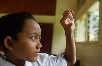 Indonesia Java Jakarta, girl with prism at school, Sequip project, promotion of science classes at schools in Jakarta / Indonesien Java Jakarta, Maedchen mit Prisma im naturwissenschaftlichen Unterricht , Sequip Projekt unterstuetzt durch GTZ deutsche Entwicklungshilfe