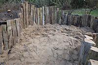 Anlage eines Sanddariums im Garten, Schritt 4: Die ausgehobene Grube wird mit ungewaschenem Sand, Füllsand aufgefüllt. Sandarium, Sand, Sandfläche, Sandhaufen im Garten, Naturgarten, Nisthilfe für Wildbienen und solitäre Wespen, Lebensraum für Eidechsen, Eidechse. Soll verschiedenen Insekten als Unterschlupf, Nistplatz, und Nahrungsquelle dienen. Mehr als die Hälfte der Wildbienenarten, welche Nester bauen, nisten im Erdboden. Wildbienen-Nisthilfen, Wildbienen-Nisthilfe selbermachen, selber machen, Wildbienenhotel, Insektenhotel, Wildbienen-Hotel, Insekten-Hotel