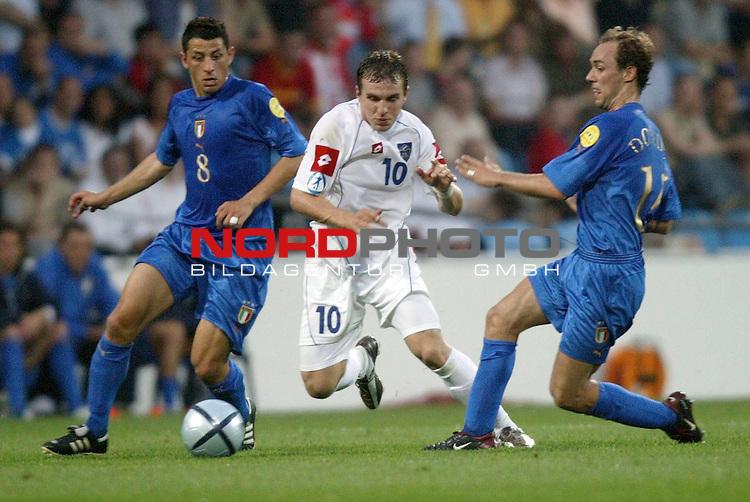 U21 - EM 2004 - Finale<br /> <br /> Serbien und Montenegro vs. Italien<br /> <br /> Milos Maric (Mitte) von Serbien und Montenegro gegen Angelo Palombo (links) und Marco Donadel (rechts) von Italien.<br /> <br /> Foto &copy; nordphoto - Ruediger Lampe<br /> <br /> <br /> <br /> <br /> <br /> <br /> <br />  *** Local Caption *** Foto ist honorarpflichtig! zzgl. gesetzl. MwSt.<br /> <br />  Belegexemplar erforderlich<br /> <br /> Adresse: nordphoto<br /> <br /> Georg-Reinke-Strasse 1<br /> <br /> 49377 Vechta