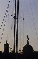 Europe/Espagne/Catalogne/Barcelone : Le port - Vierge de la Mercé (Sainte patronne et protectrice de la ville) à travers les mâts