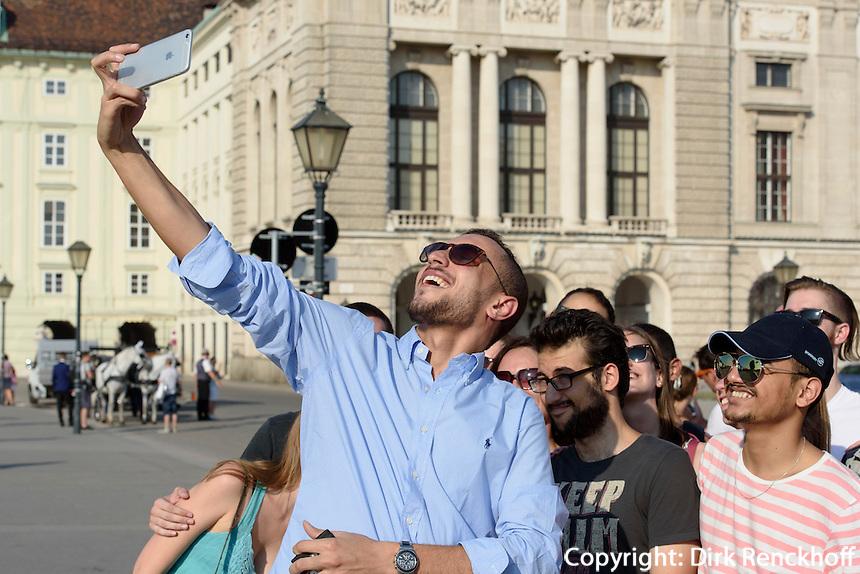 Selfie vor der Neuen Hofburg, Wien, &Ouml;sterreich, UNESCO-Weltkulturerbe<br /> Selfie in front of Neue Hofburg, Vienna, Austria, world heritage