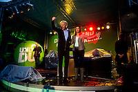 Berlin, Die Spitzenkandidaten zur Bundestagswahl, der Fraktionsvorsitzende der Gruenen im Bundestag, Juergen Trittin, und Katrin Goering-Eckardt jubeln am Freitag (20.09.13) bei einer Wahlkampfveranstaltung von Bündnis 90 / Die Grünen. Foto: Steffi Loos/CommonLens