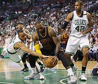 -FOTODELDIA- MCX01. BOSTON (EE.UU.), 17/05/2017.- LeBron James (c) de Cleveland Cavaliers disputa el balón con Avery Bradley (i) y Al Horford (d) de Boston Celtics hoy, miércoles 17 de mayo de 2017, durante un juego de la Conferencia Este de la NBA entre Cleveland Cavaliers - Boston Celtics, TD Garden en Boston (EE.UU.). EFE/CJ GUNTHER