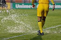 ATENÇÃO EDITOR: FOTO EMBARGADA PARA VEÍCULOS INTERNACIONAIS - SÃO PAULO, SP, 10 NOVEMBRO DE 2012 - CAMPEONATO BRASILEIRO - CORINTHIANS x CORITIBA: Auxiliar retira água do campo durante partida Corinthians x Coritiba, válida pela 35ª rodada do Campeonato Brasileiro de 2012, em partida disputada no Estádio do Pacaembu em São Paulo. FOTO: LEVI BIANCO - BRAZIL PHOTO PRESS