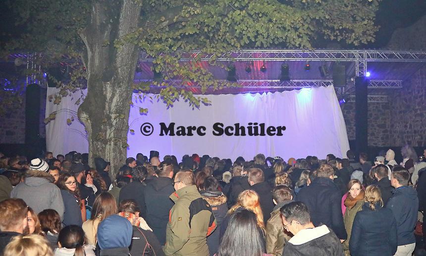Besucher warten auf die Horrorshow im Burghof- Mühltal 03.11.2018: Halloween auf der Burg Frankenstein