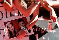 """Fans degli attori statunitensi Kristen Stewart e Taylor Lautner in attesa della presentazione del film """"The Twilight saga: Eclipse"""" a Roma, 17 giugno 2010..Fans of U.S. actors Kristen Stewart and Taylor Lautner wait for the presentation of the movie """"The Twilight saga: Eclipse"""" in Rome, 17 june 2010..UPDATE IMAGES PRESS/Riccardo De Luca"""