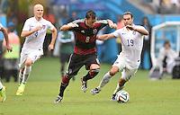 FUSSBALL WM 2014  VORRUNDE    GRUPPE G USA - Deutschland                  26.06.2014 Mesut Oezil (Mitte, Deutschland) enteilt Michael Bradley (li) und Graham Zusi (re, beide USA)