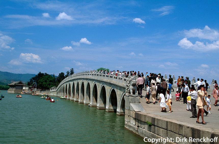 17-bogige Brücke am Kunming-See im Sommerpalast (YiHeYuan) in Peking, China, Unesco-Weltkulturerbe