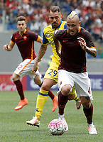 Calcio, Serie A: Roma vs ChievoVerona. Roma, stadio Olimpico, 8 maggio 2016.<br /> Roma's Radja Nainggolan, right, is chased by ChievoVerona's Fabrizio Cacciatore, during the Italian Serie A football match between Roma and ChievoVerona at Rome's Olympic stadium, 8 May 2016.<br /> UPDATE IMAGES PRESS/Isabella Bonotto