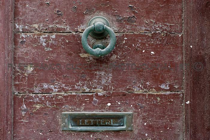 piazza tola porte, portoni, maniglie e serrature di sassari, Italia<br /> doors, handles and locks in Sassari, Italy