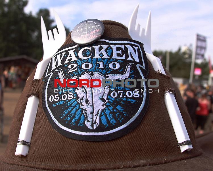 07.08.2010, Wacken Open Air 2010, Wacken, GER, 3.Tag beim 21.Heavy Metal Festival selbstgebastelter Cowboyhut mit Plastikgarbel als Hoerner, Foto © nph / Kohring