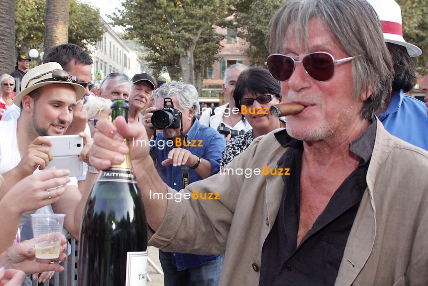 EXCLUSIVE/CPE/13 Septembre,2013-L'Ile-Rousse (FR)-Jacques Dutronc donne le coup d'envoi du Challenge Henri Salvador, ouvrant l'international de pÈtanque de L'Ile-Rousse. En pleine forme, il fait son show avec la foule et arrose le public de champagne.