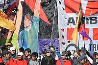 BUENOS AIRES, ARGENTINA, 26 JUNHO 2012 - PROTESTO BUENOS AIRES - Organizações Sociais Pueyrredon bloco Ponte no 10 º aniversário da morte de Dario Santillán e Maximiliano Kostecki pela polícia durante a crise 2001/2002. Em Buenos Aires capital da Argentina nesta terça-feira, 26. (FOTO: PATRICIO MURPHY / BRAZIL PHOTO PRESS).