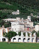 Italien, Umbrien, Gubbio: mittelalterliche Stadt mit dem Palazzo dei Consoli - Konsulenpalast - und einem Teatro Romano (Amphitheater) | Italy, Umbria, Gubbio: medieval town with Palazzo dei Consoli and Teatro Romano
