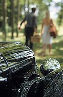 Europe/France/Rhône-Alpes/69/Rhône: Pique-nique en Beaujolais - AUTORISATION N°268 - Couple et voiture ancienne