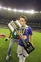 BELO HORIZONTE, MG, 01.12.2013 &ndash; CAMPEONATO BRASILEIRO 2013 &ndash; CRUZEIRO X BAHIA Everton Ribeiro Cruzeiro comemorando o titulo de campe&atilde;o Brasileiro 2013  partida durante jogo valido<br /> 37 &ordf; rodada Campeonato Brasileiro 2013, no est&aacute;dio Miner&atilde;o, na tarde deste Domingo (01) (Foto: Marcos Fialho / Brazil Photo Press)