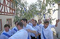 Kerweborsch auf ihrer Roll am historischen Rathaus Büttelborn