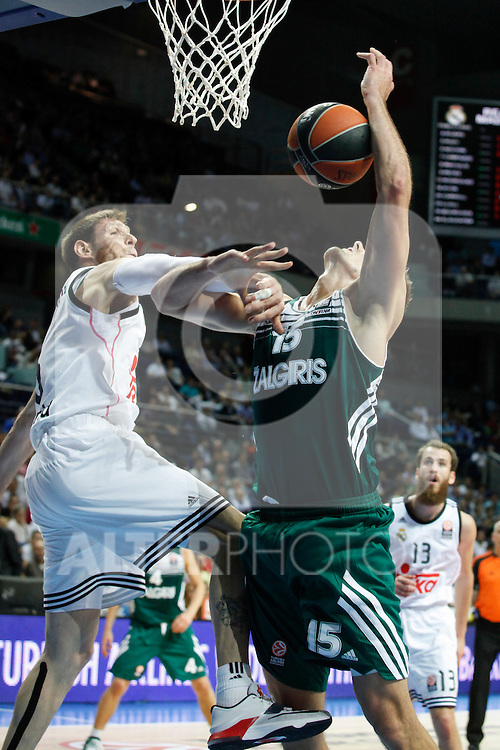 Basketball Real Madrid´s Nocioni (L) and Zalgiris Kaunas´s Javtokas during Euroleague basketball match in Madrid, Spain. October 17, 2014. (ALTERPHOTOS/Victor Blanco)
