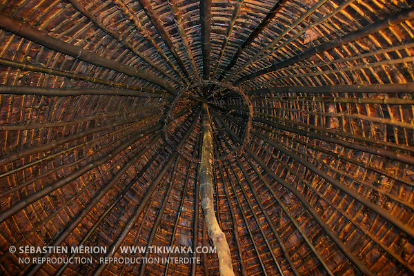 Toit d'une case kanak soutenu par le poteau central, Nouvelle-Calédonie