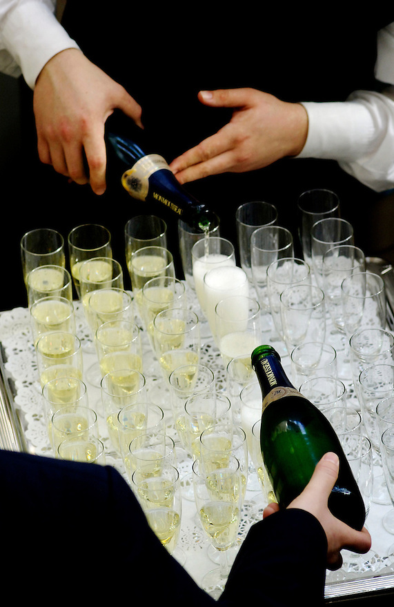 Nederland, Amsterdam, 28 febr 2006..Blad vol met glaasjes, champagnefluitjes, wordt volgeschonken met champagne door twee flessen..Feest, feestelijkheden, vieren, viering, proost, sante, bubbels, receptie, jubileum, opening. drank, bubbelwijn...Foto (c) Michiel Wijnbergh