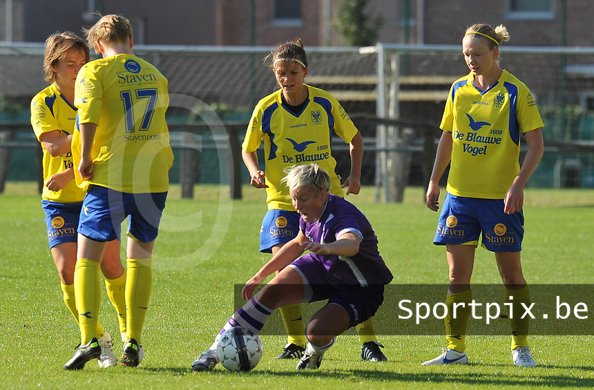Beerschot Dames - STVV  Sint-Truiden VV Dames :.Tamara Valentijn voor Kimberly Verbist (links) en Lien Haverals (achter) en Inge Heiremans (rechts).foto JOKE VUYLSTEKE / Vrouwenteam.be