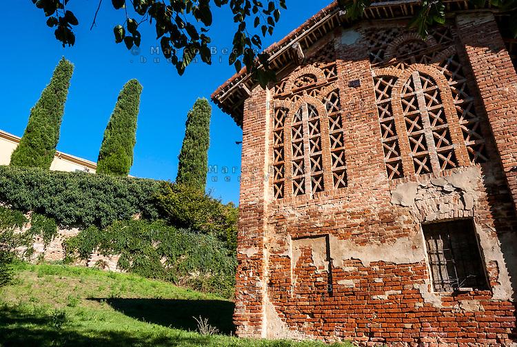 Oliva Gessi (Pavia), vecchio fienile in mattoni in una fattoria --- Oliva Gessi (Pavia), old barn made of bricks in a farm