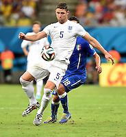 FUSSBALL WM 2014  VORRUNDE    Gruppe D     England - Italien                         14.06.2014 Gary Cahill (England) am Ball