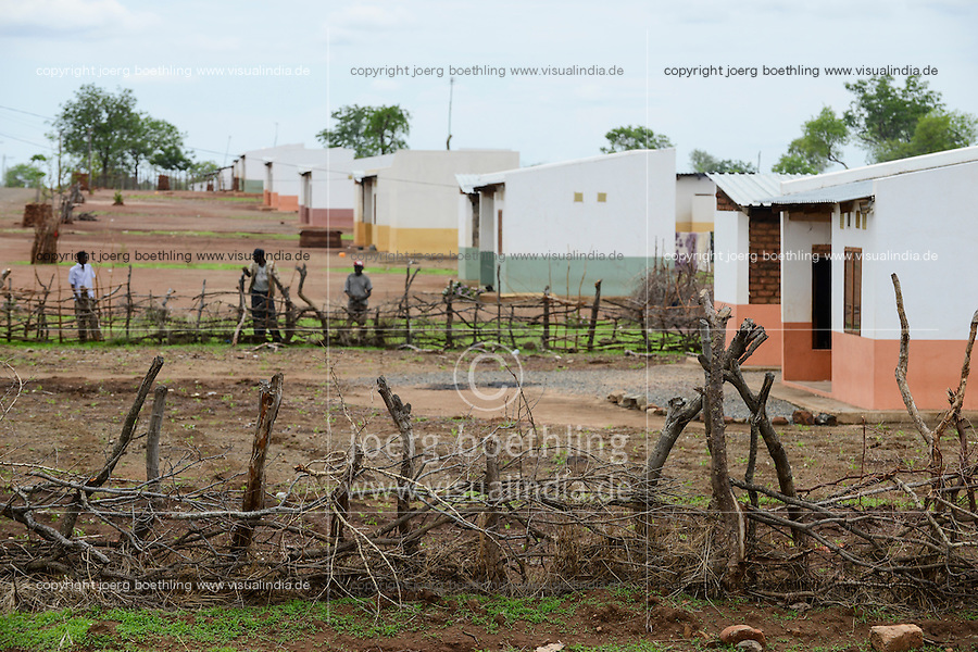 MOZAMBIQUE, Moatize, Mwaladzi, this resettlement was constructed by brazil coal company Rio Tinto as compensation for relocated people from Cabanga, where Rio Tinto is extending its coal mining operations / MOSAMBIK, Moatize, Siedlung Mwaladzi, fuer die Erweiterung der Kohlemine des Unternehmens Rio Tinto wurde die Ortschaft Cabanga abgerissen, die Bewohner wurden 40 km von Moatize enfernt nach Mwaladzi umgesiedelt