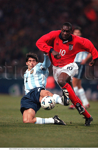 EMILE HESKEY gets away from Roberto Ayala, ENGLAND 0 v Argentina 0, Wembley 000223. Photo: Matthew Clarke/Action Plus...2000.Soccer.International.football.internationals.association