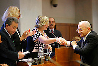 il presidente della giunta regionale della Campania Vincenzo De Luca si congratula con la neo eletta presidente del consiglio regionale Rosa D'Amelio durante  alla   prima seduta del Consiglio Regionale della Campania , Napoli 09 Luglio 2005