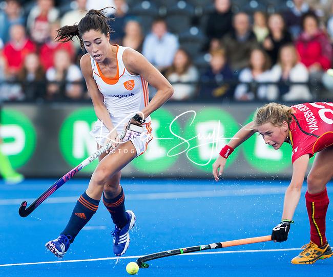 LONDEN -  Naomi van As passeert de Belgische   Stephanie Vanden Borre   tijdens  de wedstrijd tussen de dames van Nederland en Belgie bij  het Europees Kampioenschap hockey in Londen.  ANP KOEN SUYK