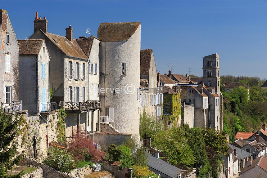 France, Seine-et-Marne (77) , Château-Landon, la ville et l'ancienne abbaye Saint-Séverin au fond vue depuis la place du Larry // France, Seine et Marne, Chateau Landon, the city view from the Square Larry