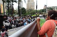 SAO PAULO, 19 DE JUNHO DE 2012 - AMBULANTES ACORRENTADOS PREFEITURA DE SP - Ambulantes, a maioria deficientes fisicos, protestam em frente a prefeitura de sao paulo contra medida que impede estes de trabalharem nas ruas, na regiao central, na manha desta terca feira. FOTO: ALEXANDRE MOREIRA - BRAZIL PHOTO PRESS