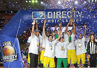 BUCARAMANGA -COLOMBIA, 10-06-2013. Jugadores de Bambuqueros celebran el triunfo como campeones de la Liga DirecTV de baloncesto Profesional de Colombia 2013 1 al ganar la serie 4-0 sobre B??caros en el Coliseo Vicente D??az Romero de Bucaramanga./ Bambuqueros players celebrate as a champions of the DirecTV professional basketball League in Colombia 2013 1 after winning the final set 4-0 over Bucaros at Vicente Diaz Romero coliseum in Bucaramanga. Photo: VizzorImage / Jaime Moreno / STR