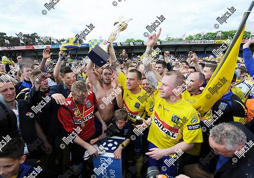2014-04-27 / Voetbal / seizoen 2013-2014 / KVC Westerlo kampioen in tweede klasse /  De spelers vieren met de trofee<br /><br />Foto: mpics.be