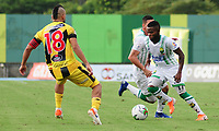 BARRANCABERMEJA  - COLOMBIA, 18-08-2019:Freddy Florez  (Izq.) jugador de  Alianza Petrolera disputa el balón conYuber Asprilla (Der.)jugador de Atlético Bucaramanga durante partido por la fecha 6 de la Liga Águila II 2019 jugado en el estadio Daniel Villa Zapata de la ciudad de Barrancabermeja. /Freddy Florez (L)   player of  Alianza Petrolera  fights the ball  agaisnt of  Yuber Asprilla (R) player of Atletico BucarAmanga  during the match for the date 6 of the Liga Aguila II 2019 played at the Daniel Villa Zapata Stadium in Barrancabermeja  city. Photo: VizzorImage / José Martínez  / Contribuidor