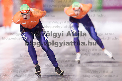 Nederland's Sven Kramer (L) won the Men's 10000m race of the Speed Skating All-round European Championships in Budapest, Hungary on January 8, 2012. ATTILA VOLGYI