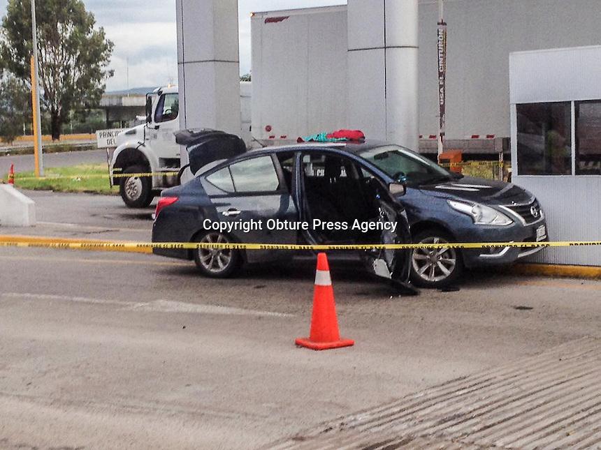 Querétaro, Qro. 8 de agosto de 2016.- Después de una persecución en la carretera de cuota a Celaya elementos de la policía Municipal de Querétaro, Corregidora, Estatal y federal lograron la detención de al menos 3 sujetos como presuntos responsables en el robo a una tienda de conveniencia.