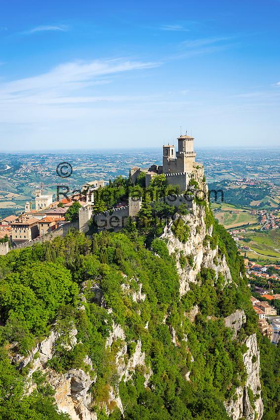 Republic of San Marino, San Marino City: Fortress of Guaita on top of Monte Titano   Republik San Marino, San Marino Stadt: die Festung La Guaita auf dem Monte Titano