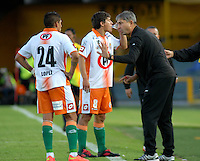 BOGOTA- COLOMBIA – 15-03-2016: Dalcio Giovagnoli, técnico de Cobresal de Chile, da instrucciones a Alejandro Lopez (Izq.), jugador Cobresal de Chile, durante partido entre Independiente Santa Fe de Colombia y Cobresal de Chile, por la segunda fase de la Copa Bridgestone Libertadores en el estadio Nemesio Camacho El Campin, de la ciudad de Bogota. / Dalcio Giovagnoli (R), coach of Cobresal of Chile, gives instuctions to Alejandro Lopez (L), player of Cobresal of Chile, during a match between Independiente Santa Fe of Colombia and Cobresal of Chile,  for the second phase, of the Copa Bridgestone Libertadores in the Nemesio Camacho El Campin in Bogota city. VizzorImage / Luis Ramirez / Staff.