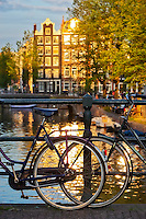 Netherlands, North Holland, Amsterdam: Bicycles on canal bridge of Brouwersgracht | Niederlande, Nordholland, Amsterdam: Fahrraeder an einer Kanalbruecke der Brouwersgracht abgestellt