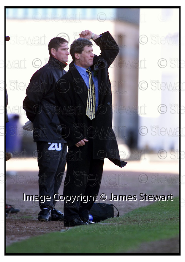 31st March 2001    Copyright Pic : James Stewart .Ref :                           .File Name : stewart25-stirling v partick.JOHN LAMBIE SHOUTS OUT HIS INSTRUCTIONS......James Stewart Photo Agency, Stewart House, Stewart Road, Falkirk. FK2 7AS      Vat Reg No. 607 6932 25.Office : +44 (0) 1324 630007     Mobile : 07721 416997.Fax     :  +44 (0) 1324 630007.E-mail : jim@jspa.co.uk.If you require further information then contact Jim Stewart on any of the numbers above.........