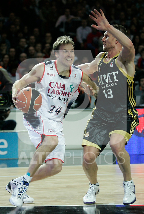 Caja Laboral's Brad Oleson (l) and Real Madrid's Rimantas Kaukenas during Spanish Basketball King's Cup match.(ALTERPHOTOS/Acero)