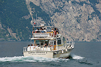 Italy, Veneto, Lake Garda, Malcesine: sightseeing boat | Italien, Venetien, Gardasee, Malcesine: Boot auf Sightseeing Tour