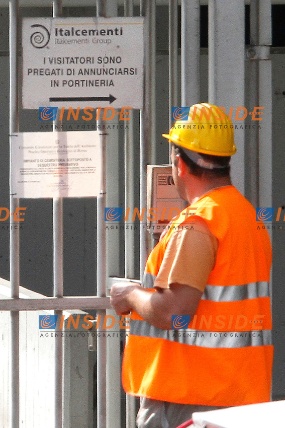 Il cartello apposto dai carabinieri con l'ordine di sequestro.Roma 11/10/2012 Colleferro. Gli impianti dell'Italcementi, lo stambilimento e' stato sottoposto questa mattina a sequestro preventivo..Photo Samantha Zucchi Insidefoto